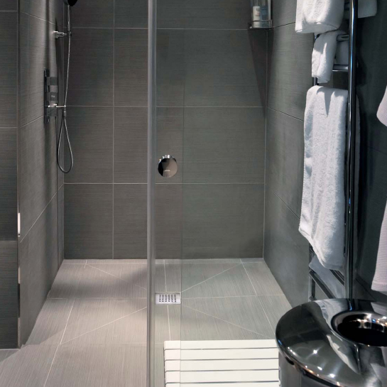 Piatto doccia a filo - Doccia a pavimento mosaico ...